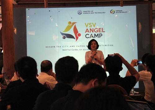 Bà Trương Lý Hoàng Phi chia sẻ tại VSV Angel Camp