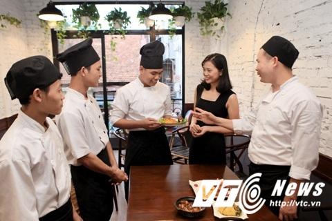 Chị Nguyễn Thanh Thùy và nhân viên. Ảnh VTC.