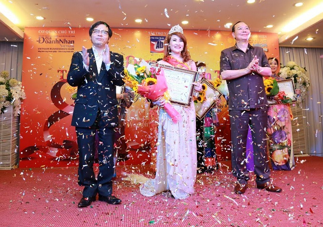 Hồ Như Quỳnh – Giám đốc Lửa Việt Travel nhận giải Hoa khôi
