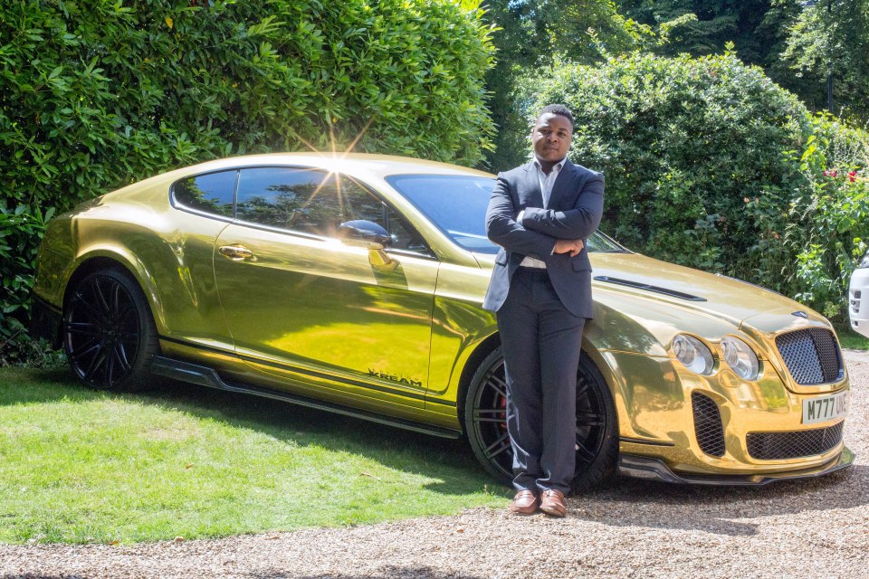 Robert Mfune bên chiếc xe mạ vàng của mình