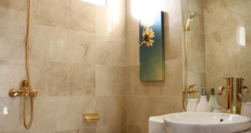 Nhà vệ sinh dát vàng gây sốc của ông