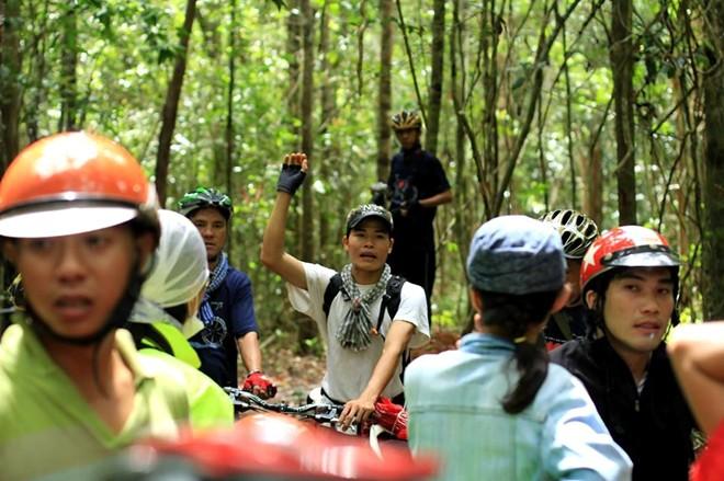 Nguyễn Đình Hiếu dẫn đoàn du lịch khám phá