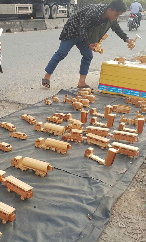 Hùng phải tự mang sản phẩm bán lề đường để thu hút khách
