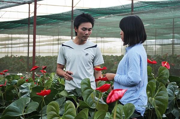 Anh Đoàn Ngọc Hiếu trong vườn hoa rực rỡ của mình