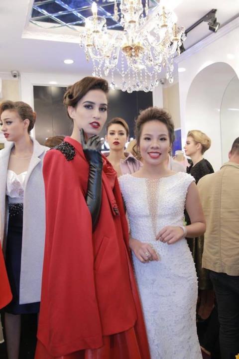 Tường An (bên phải) cùng người mẫu diện trang phục thiết kế của nhãn hàng thời trang Lê Hoàng Hải mà cô đầu tư