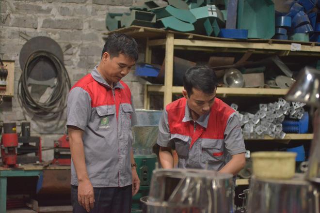 Anh Châu tại xưởng cơ khí của mình