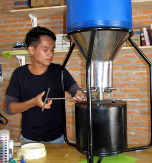 Nguyễn Hải Đăng và thiết bị cho tôm ăn tự động