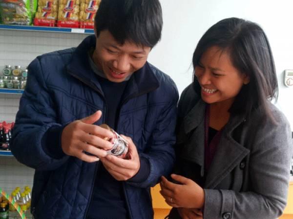Chị Nhung giới thiệu sản phẩm cho khách hàng