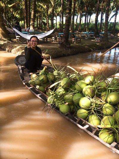 Khách chèo xuồng thăm quan vườn dừa rợp bóng mát