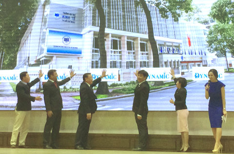 Đại diện Trường ĐH Kinh tế TPHCM và Công ty Suntory Pepsico khởi động cuộc thi Dynamic.