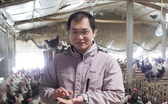 Anh Nguyễn Văn Nguyên bên trang trại gà