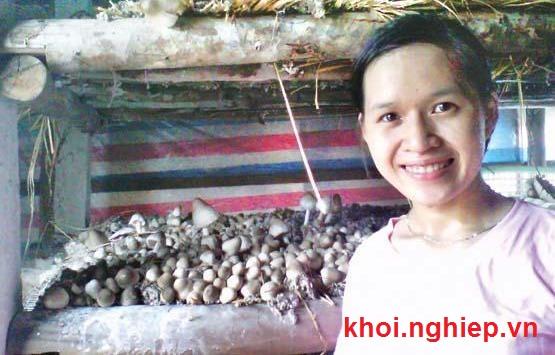 Nguyễn Thị Hảo trong trang trại nấm của mình