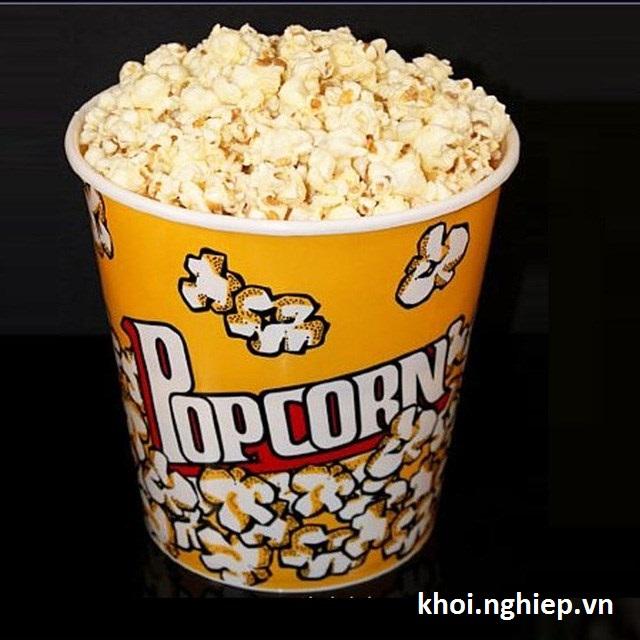 Hộp bỏng ngô truyền thống trong rạp chiếu phim, người Mỹ hay đổ các loại siro hay hương liệu lên để bỏng có hương vị khác lạ