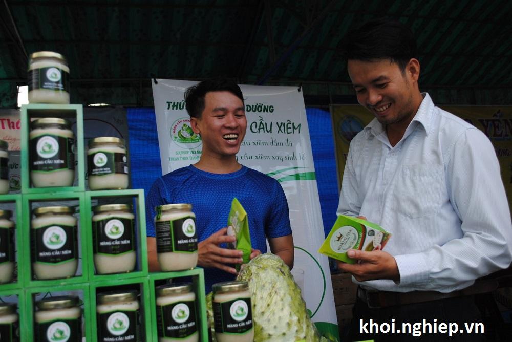 Đặng Quý Ngọc (trái) tiếp thị với khách hàng về sản phẩm của công ty tại hội chợ Hàng Việt về nông thôn ở Lai Vung - Ảnh: Thành Nhơn