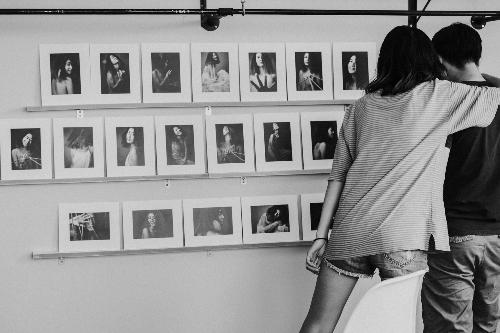 Một buổi triển lãm ảnh chân dung khách hàng.