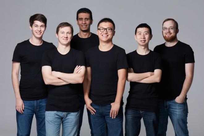 CEO Patrick Dai (đeo kính, đứng giữa) cùng đội ngũ phát triển startup blockchain đầu tiên tại Singapore được định giá một tỷ USD.