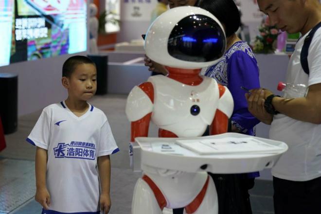 Khán giả tham dự triển lãm về Robot tại Thượng Hải tổ chức vào tháng 6/2018. Ảnh: Reuters