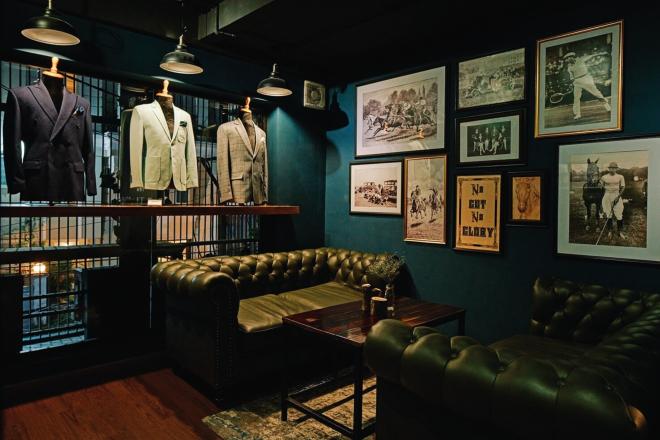 Khu vực lifestyle của quán là nơi thể hiện phong cách sống qua nét đặc trưng của văn hóa nước Anh, khuyến khích quý ông chú trọng hơn vào vẻ bề ngoài thông qua trang phục suit và quan tâm đến các môn thể thao tốt cho sức khỏe như quần vợt, cưỡi ngựa. Ảnh: NVCC.