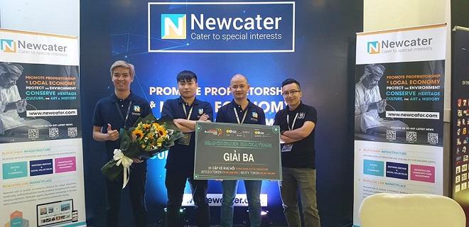 Ông Nguyễn Bá Khang, CEO Newcater (thứ hai từ phải sang) cùng nhóm kỹ thuật đạt giải Ba cuộc thi lập trình trong sự kiện Vietnam Blockchainhub.