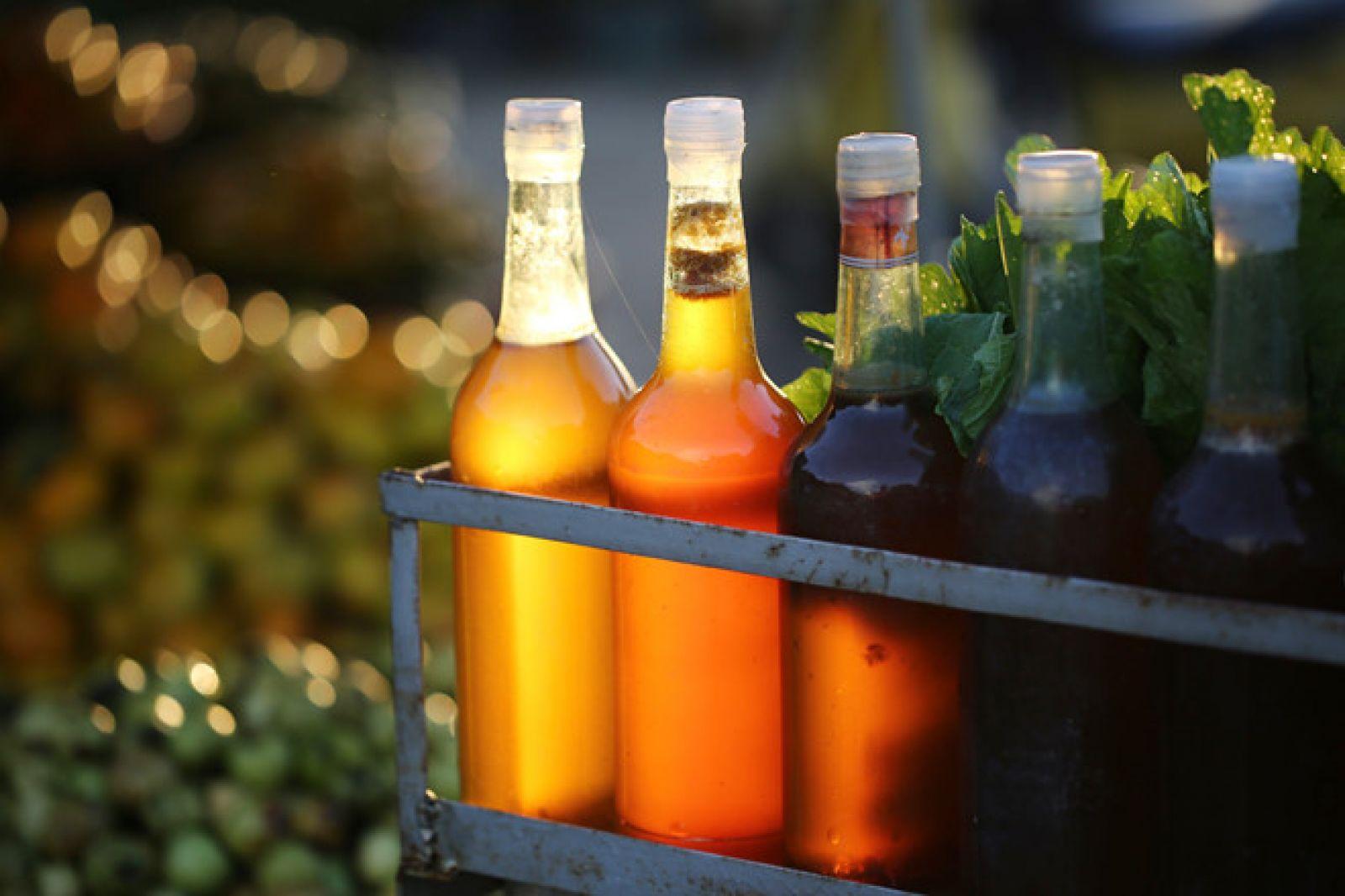 Những chai mật ong vàng óng được anh Phong rót vào chai thủy tinh,để chuẩn bị đưa vào miền Trung tiêu thụ.