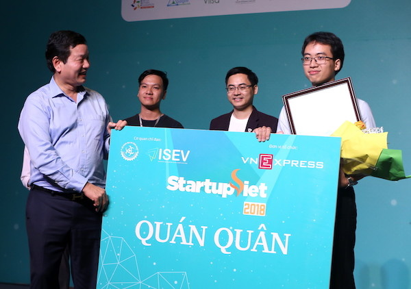 Ông Trương Gia Bình trao giải quán quân Startup Việt 2018choDatamart.