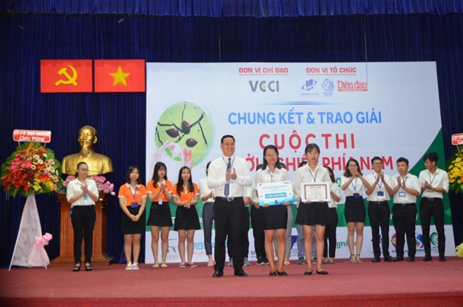 Ông Hà Huy Cường - Phó Tổng giám đốc ngân hàng An Bình trao Giải Khuyến khích cho Dự án Sản phẩm Dược liệu từ cây Đinh Lăng của SV trường ĐH Nông Lâm TP. HCM