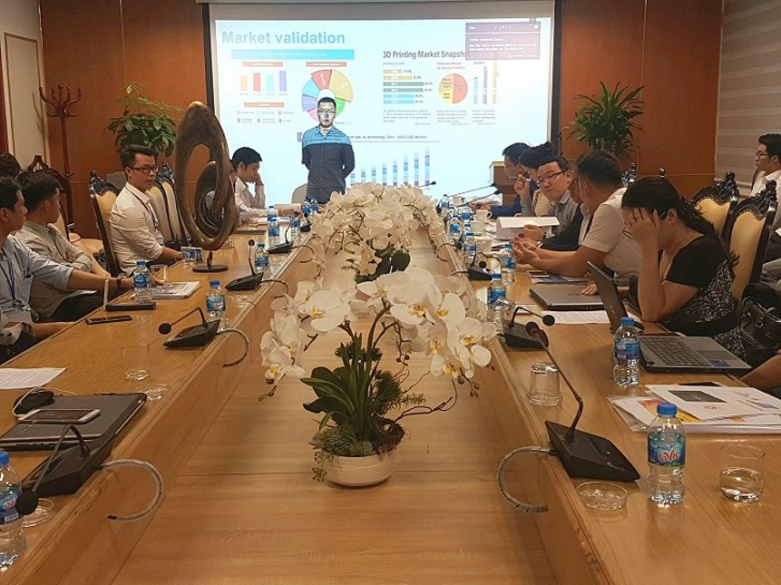 Các đội thi trình bày giải pháp công nghệ trước ban giám khảo.