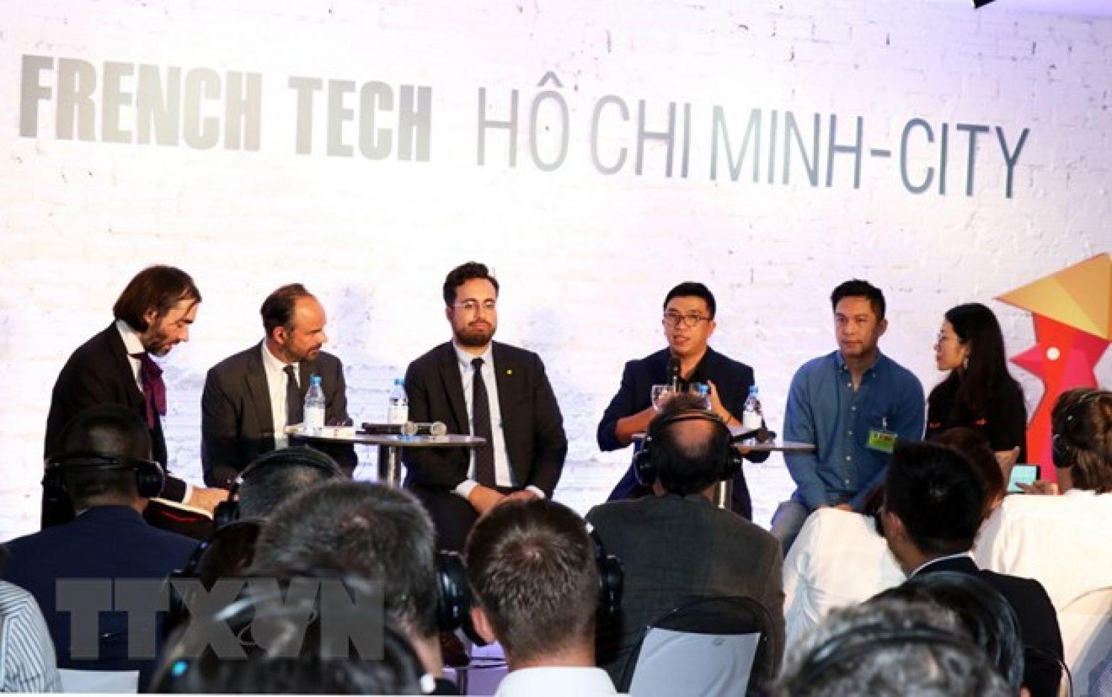Thủ tướng Pháp Edouard Philippe (thứ hai từ trái sang) cùng các quan chức kinh tế Pháp trao đổi với start-up Việt Nam. (Ảnh: Xuân Khu/TTXVN)