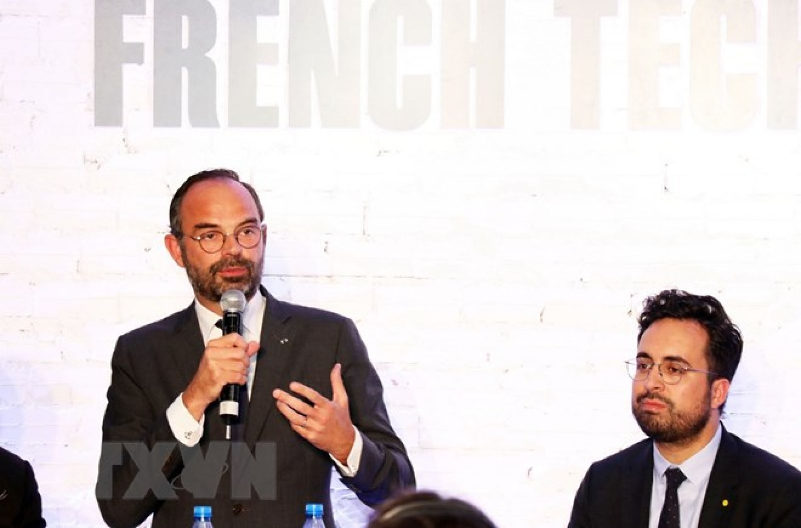 Thủ tướng Pháp Edouard Philippe (trái) phát biểu tại Diễn đàn. (Ảnh: Xuân Khu/TTXVN)