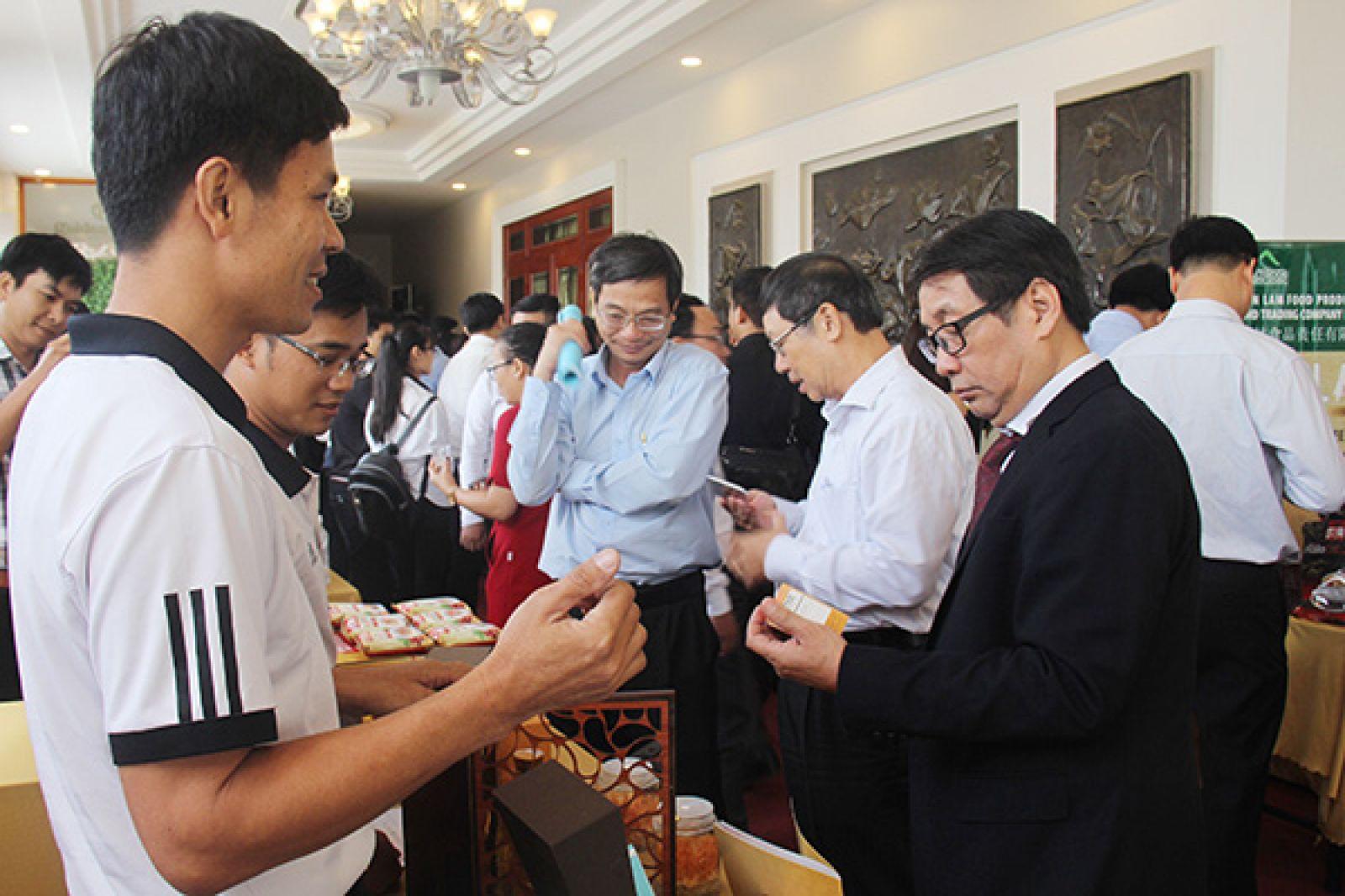 Phó cục trưởng Cục Công tác phía Nam - Bộ Khoa học công nghệ Lê Minh Khánh tham quan các gian trưng bày về khởi nghiệp tại hội nghị.