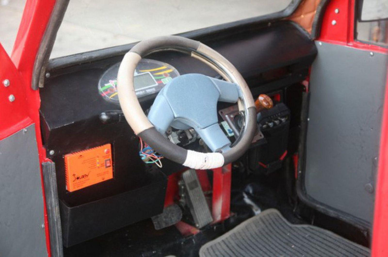 Nhiều thiết bị trong xe được Ngô Việt Cường tận dụng từ đồ cũ trong xưởng sửa xe của bố.