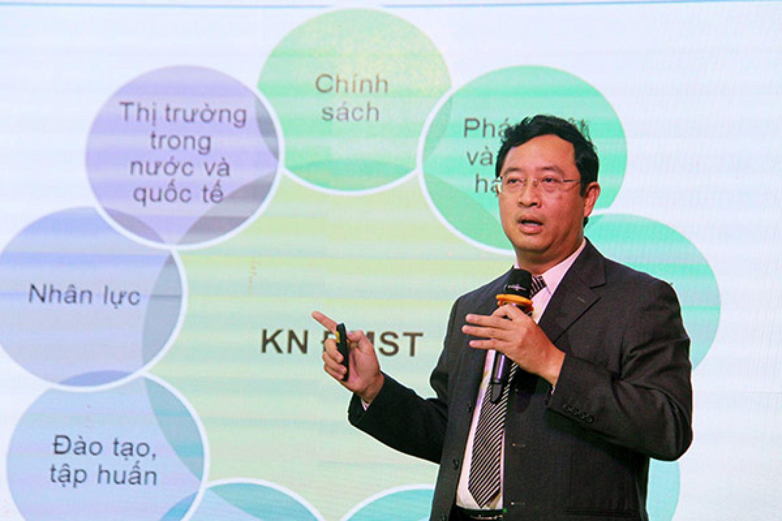 Đại diện Cục Phát triển thị trường và doanh nghiệp khoa học - công nghệ trình bày tham luận tại hội nghị.