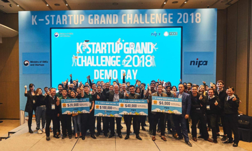 Đội XTayPro (bên trái ngoài cùng) trong lễ trao giải K-Startup Grand Challenge 2018.