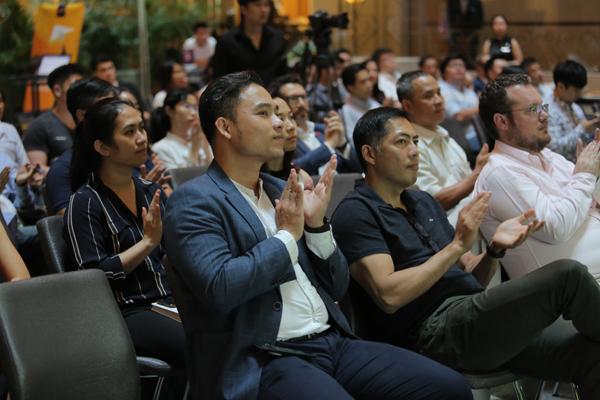 Các nhà đầu tư theo dõi phần thuyết trình của các startup