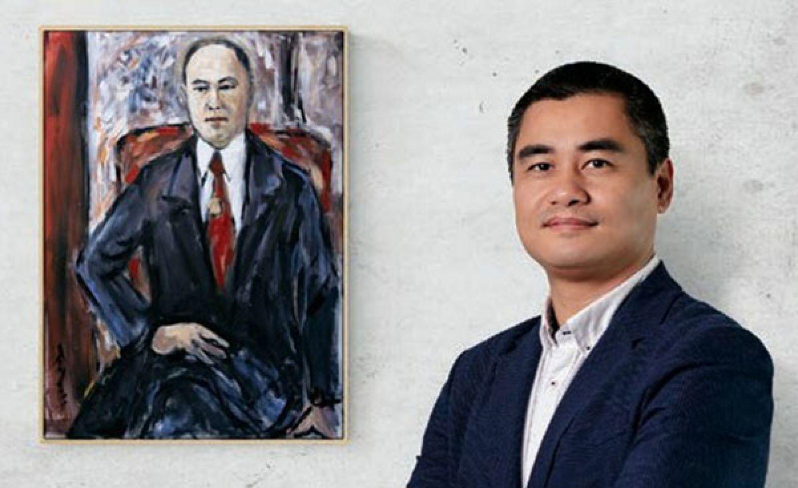Tác giả Phạm Hà, Giám đốc Luxury Travel bên cạnh bức tranh chân dung Bạch Thái Bưởi