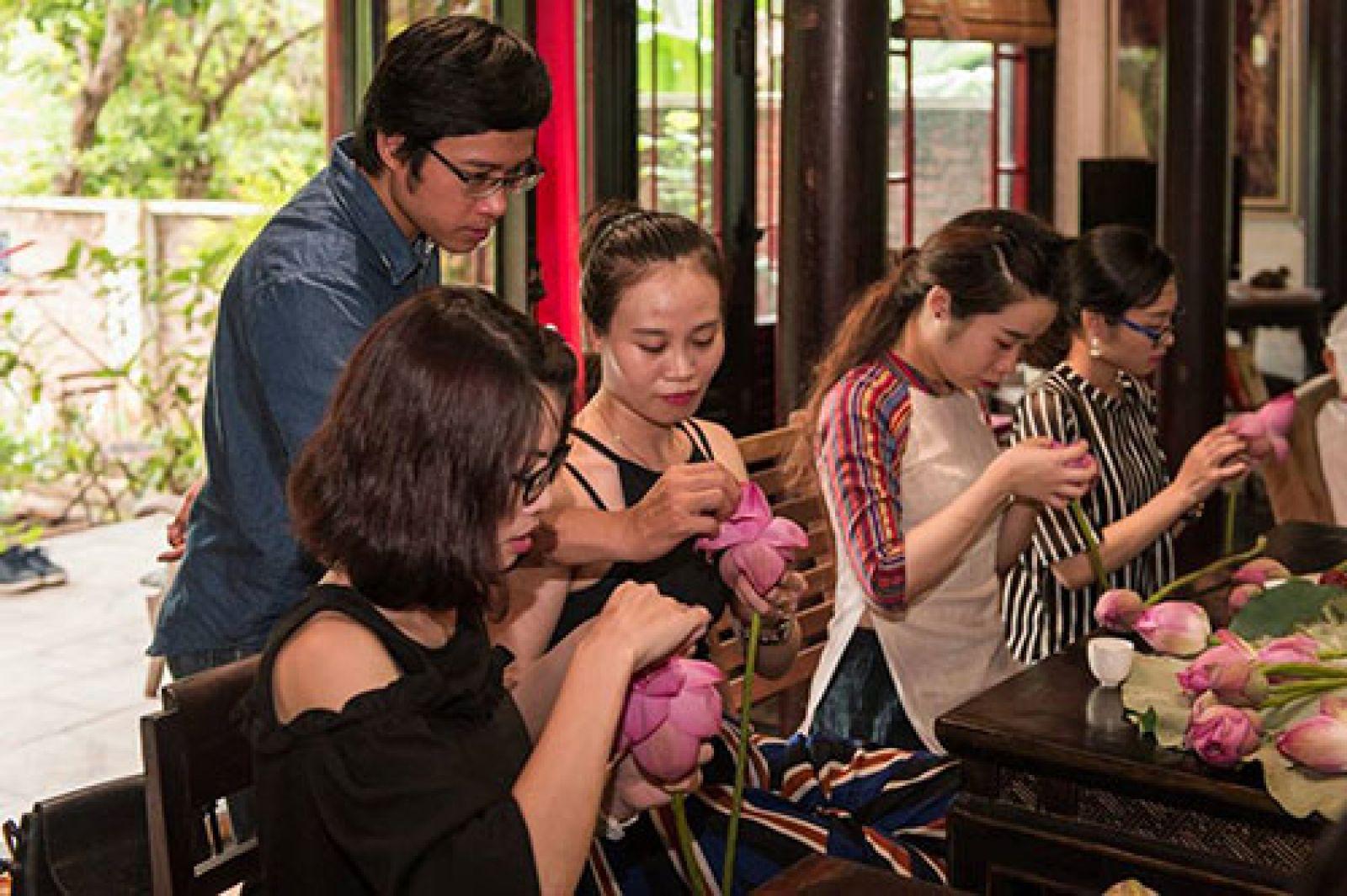 Nguyến Tuấn Linh hướng dẫn cách ướp trà sen. Ảnh: NVCC.