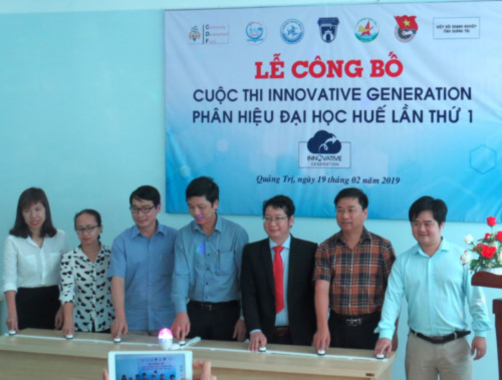 Ông Hoàng Nam – PCT UBND tỉnh cùng BTC Cuộc thi ấn nút Công bố Cuộc thi.