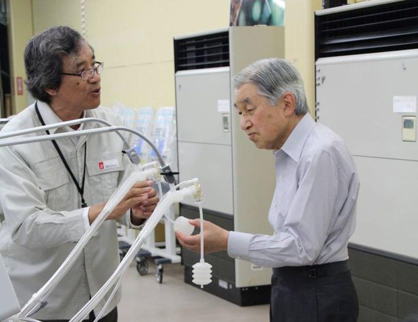 Được đón Nhật Hoàng Akihito (bên phải) đến thăm là một vinh dự lớn đối với ông Trần Ngọc Phúc (bên trái)