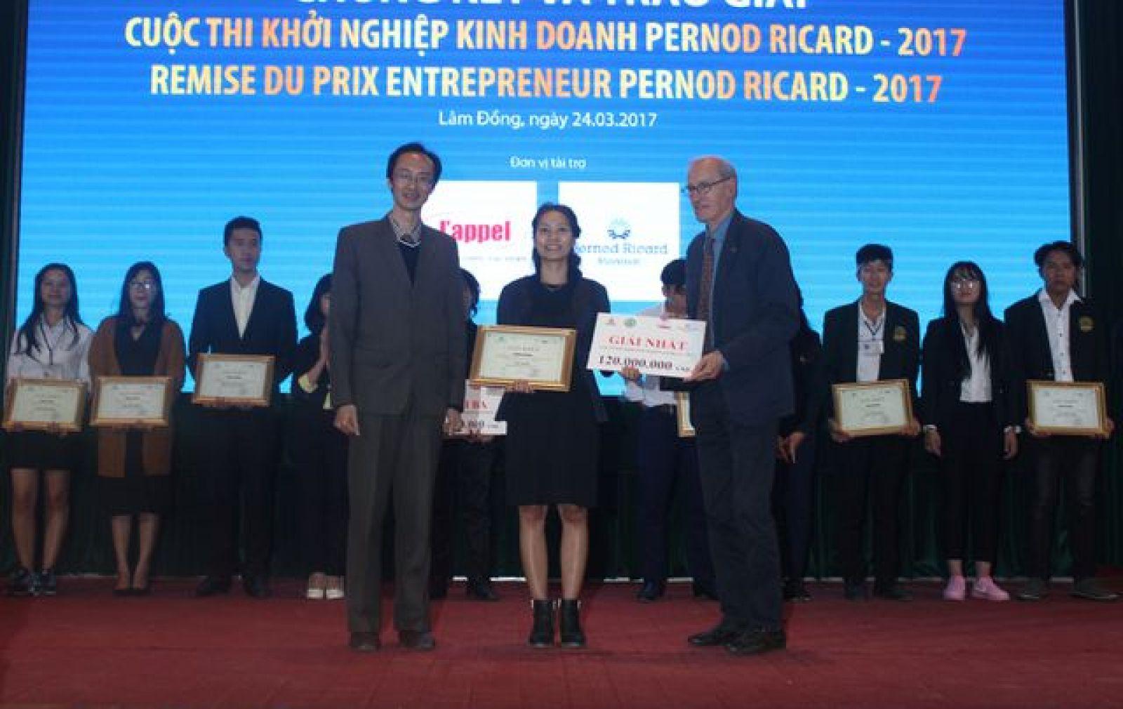 Nguyễn Thị Bích Trâm (giữa) đã giành được phần thưởng cao nhất với dự án