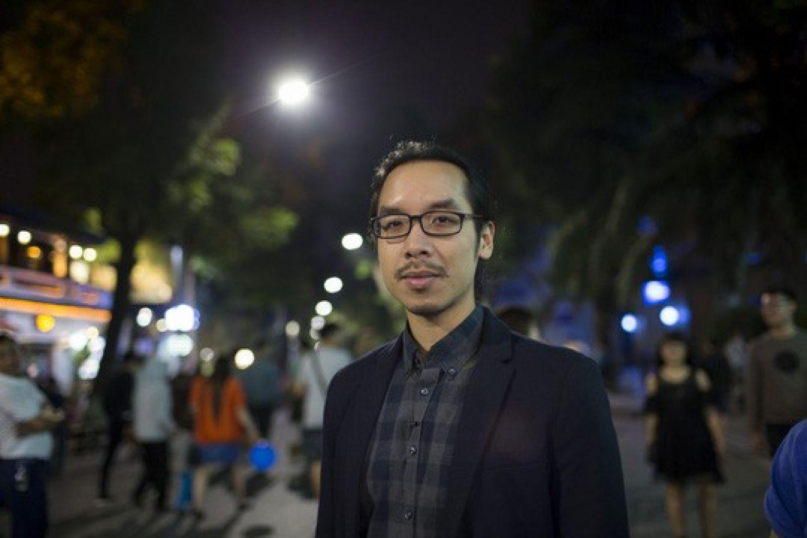 Daniel Nguyễn Hoài Tiến trong một lần tham quan, tìm hiểu văn hóa Hà Nội Ảnh: Hoàng Linh