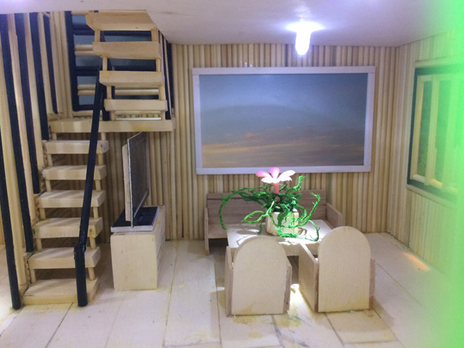 Những vật dụng từ bàn, ghế, tivi được mô phỏng giống như trong ngôi nhà thật; Ảnh Duy Tân
