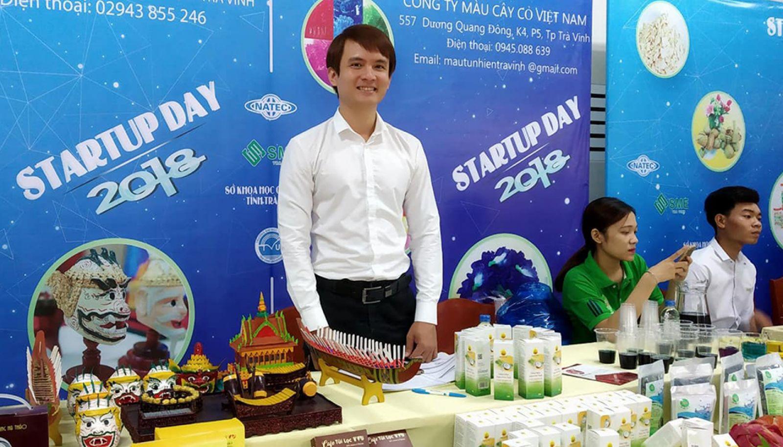Anh Dương giới thiệu sản phẩm sản xuất từ dừa trong Ngày hội khởi nghiệp tỉnh Trà Vinh