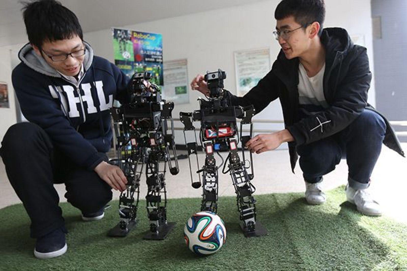 Sinh viên trình diễn rô bốt biết chơi bóng đá trong một triển lãm doanh nghiệp vào cuối tháng 12/2016 tại Trường Đại học Đông Nam ở Nam Kinh, tỉnh Giang Tô, Trung Quốc. (Ảnh: China News Service)