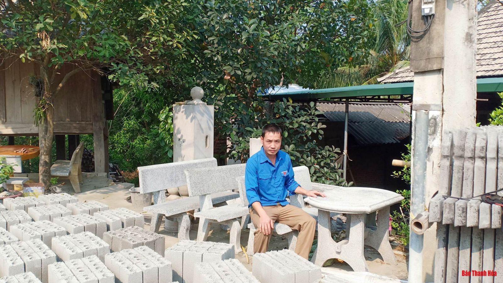 Ngoài sản xuất gạch vồ, anh Hà Văn Chục nghiên cứu sản xuất thêm một số sản phẩm thủ công mỹ nghệ từ bột đá và xi măng.