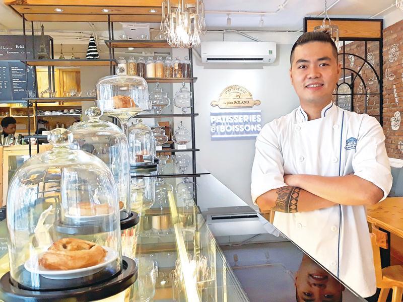 Nguyễn Minh Hiển tại tiệm bánh Le Petit Roland do chính mình sáng lập.
