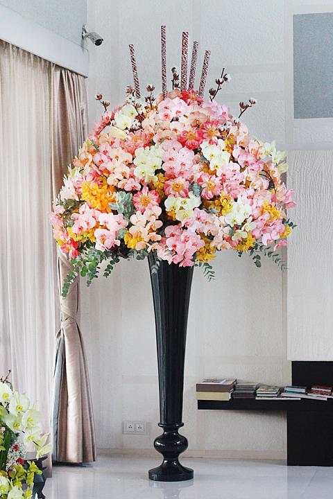 Bình hoa cao 2m được một doanh nhân ở quận 1 đặt mua. Ảnh: Flowerbox.