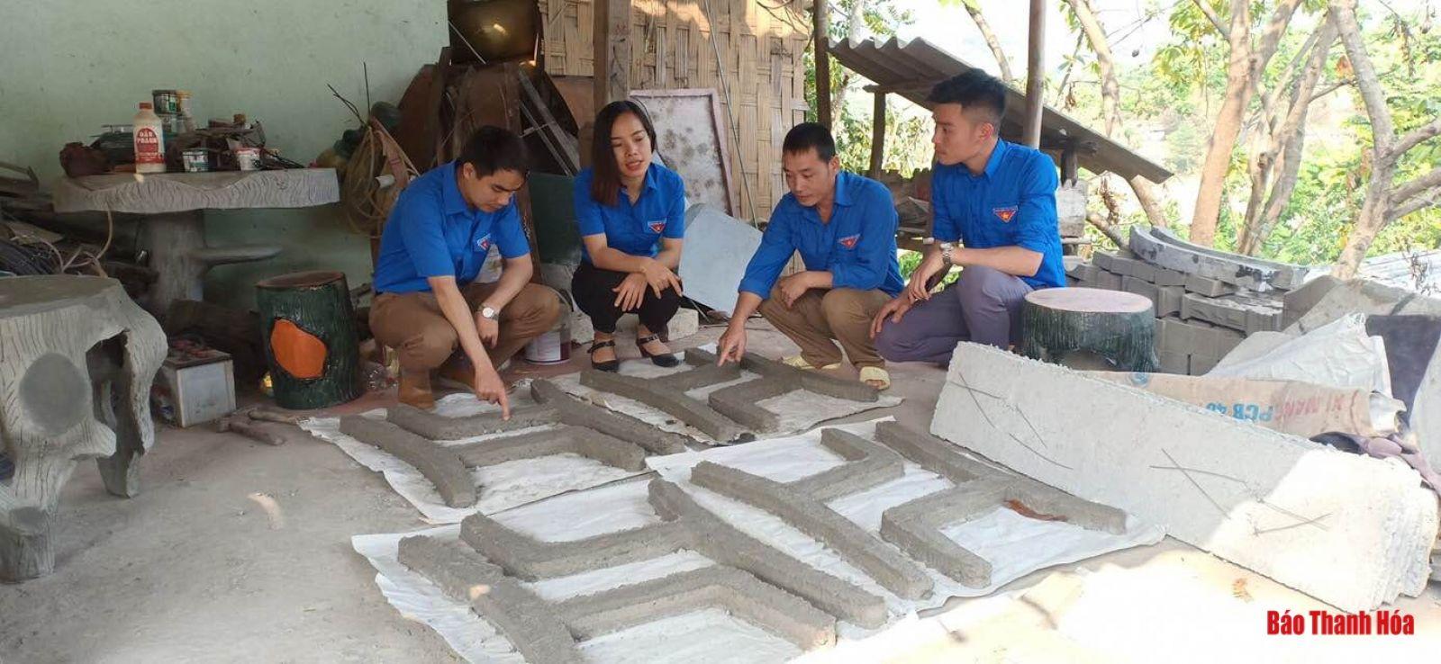 Anh Hà Văn Chục trao đổi kinh nghiệm về phát triển mô hình khởi nghiệp với đoàn viên, thanh niên trong xã.