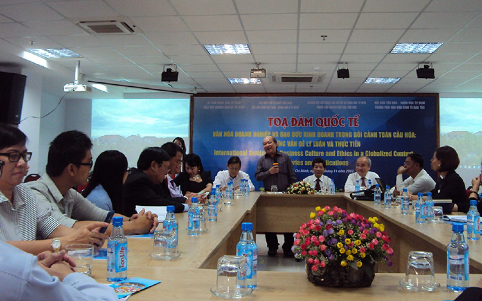 TS. Ngô Văn Lệ phát biểu tại tọa đàm quốc tế về Văn hóa doanh nghiệp và đạo đức kinh doanh trong bối cảnh toàn cầu hóa