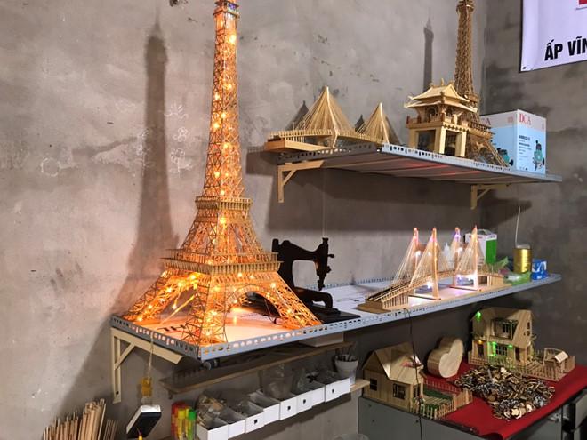 Những sản phẩm tăm tre đủ hình dáng được làm tại cơ sở của anh Linh; ảnh Duy Tân