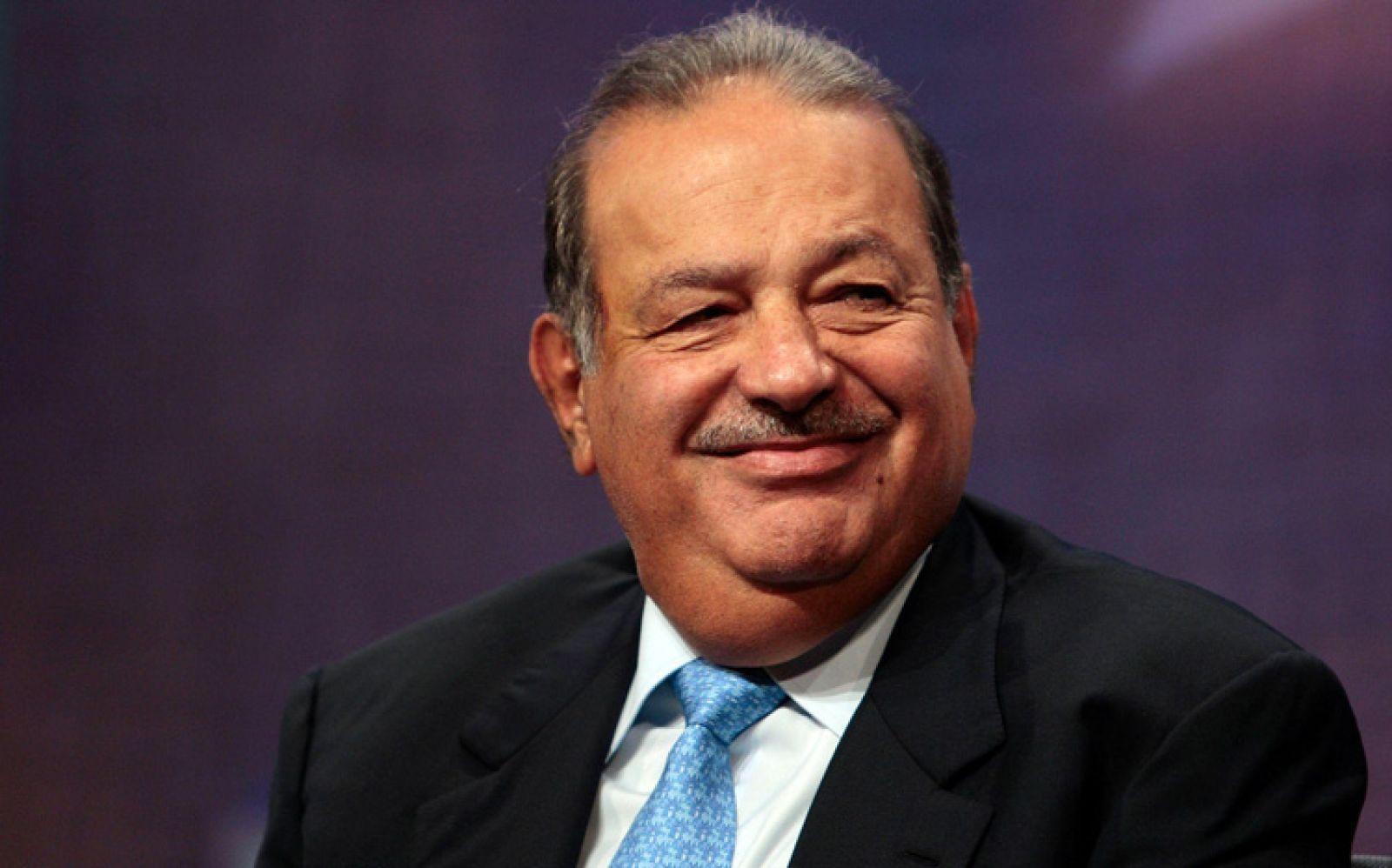 """Ba năm sau, cậu nhóc Slim khi đó đã trở thành một cổ đông của ngân hàng, và đến năm 17 tuổi đã có thể kiếm được 200 peso/tuần nhờ làm việc cho công ty do cha để lại. Vị tỷ phú vẫn tiếp tục đầu tư trong suốt thời cấp 3 và đã tham dự cuộc họp hội đồng quản trị lần đầu tiên của mình tại một công ty khai khoáng ngay khi còn là một thiếu niên, NBC News cho biết.p/Tốt nghiệp đại học với tấm bằng kỹ sư dân dụng, ông trùm kinh doanh bắt đầu mua cổ phiếu của nhiều công ty và từng bước gầy dựng cơ ngơi của mình. Tuy nhiên, phải đến năm 1982, khi nền kinh tế Mexico gặp phải cơn suy thoái, thì Slim mới có bước nhảy vọt. Tận dụng tình hình lúc đó, Slim đã đầu tư vào một loạt các công ty Mexico với giá thấp kỷ lục. Được biết, hiện tại, danh mục đầu tư của người giàu nhất Mexico lên tới 200 công ty tại quê nhà, nhiều công ty ở Mỹ, và ông thậm chí còn là cổ đông lớn nhất của tờ báo New York Times.p/Vị tỷ phú chia sẻ: """"Cha đã dạy tôi rằng, con phải tiếp tục đầu tư và tái đầu tư vào các doanh nghiệp, kể cả trong thời kỳ khủng hoảng"""